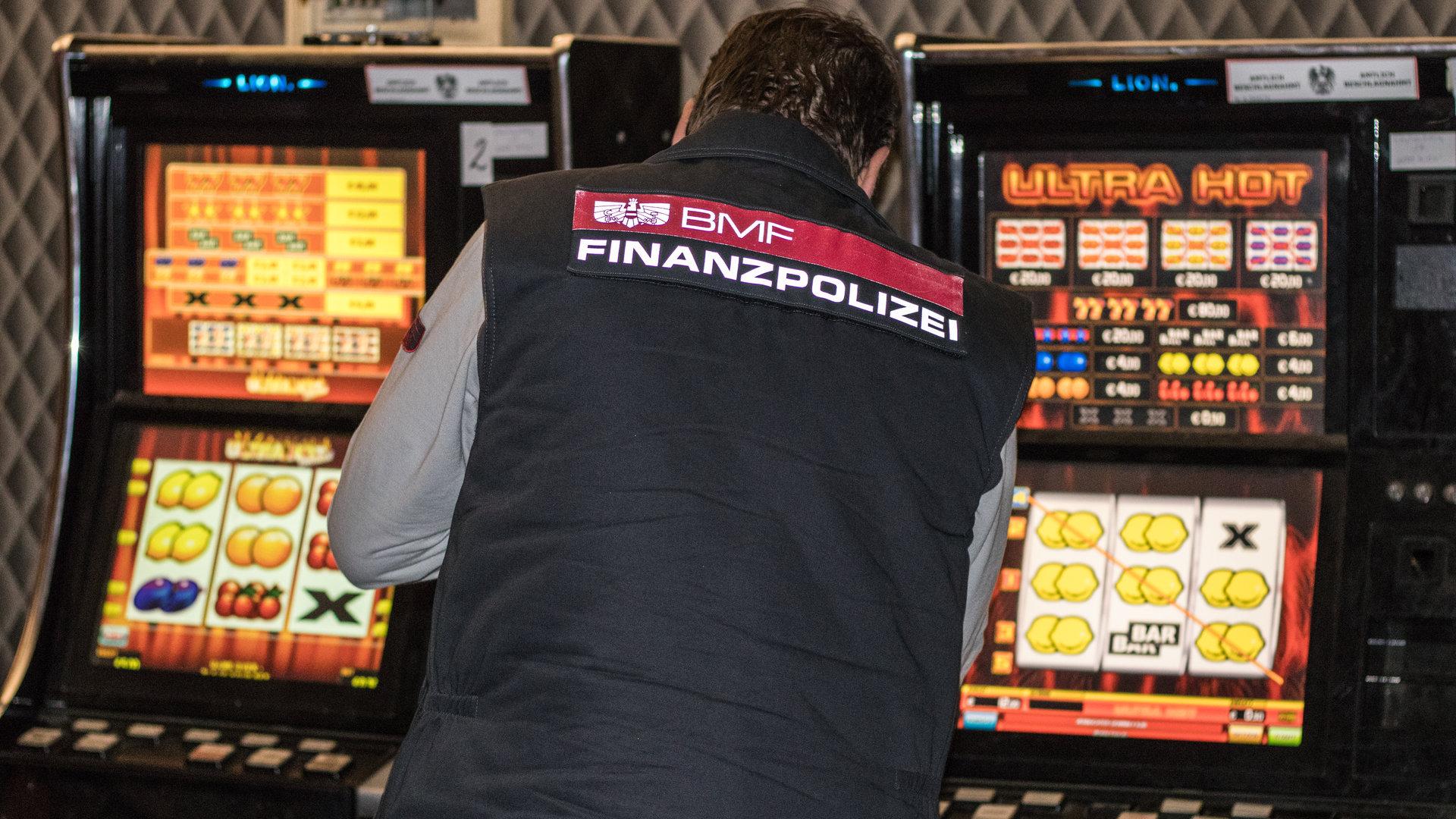 Beamter der Finanzpolizei vor illegalen Spielautomaten
