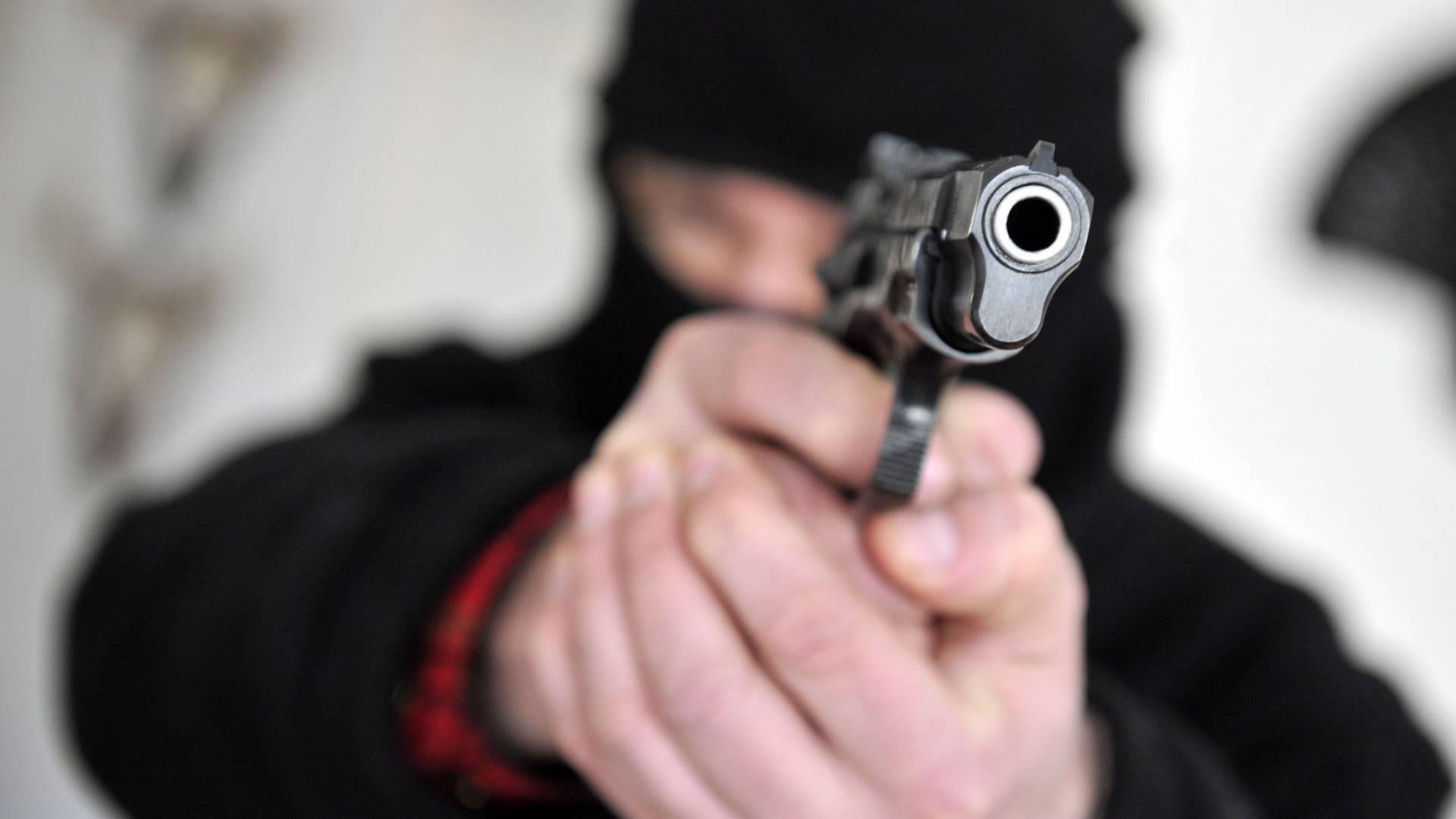 Mann mit Pistole kurz vor Angriff