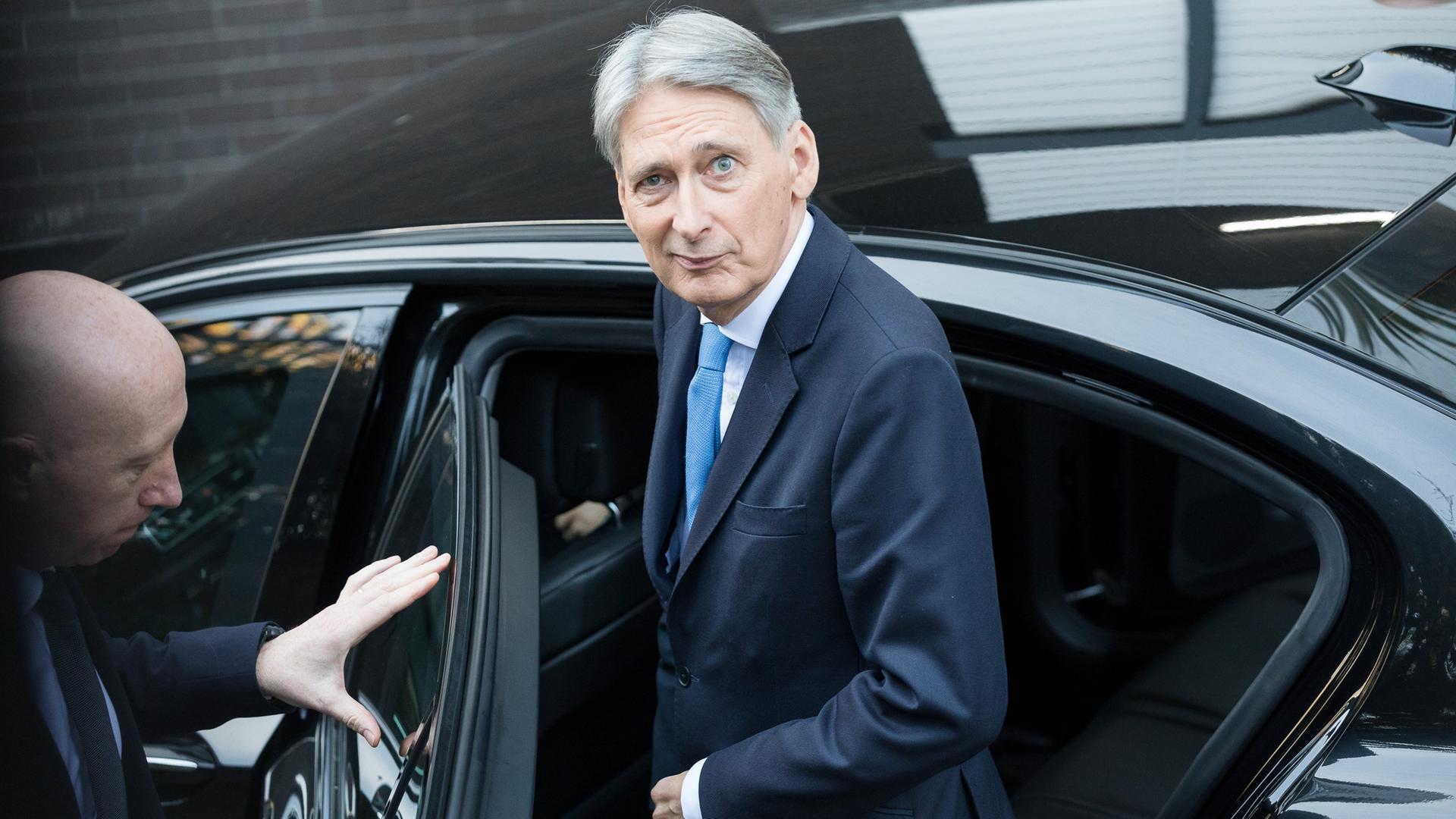 Schatzkanzler Philip Hammond steigt in London in ein Auto
