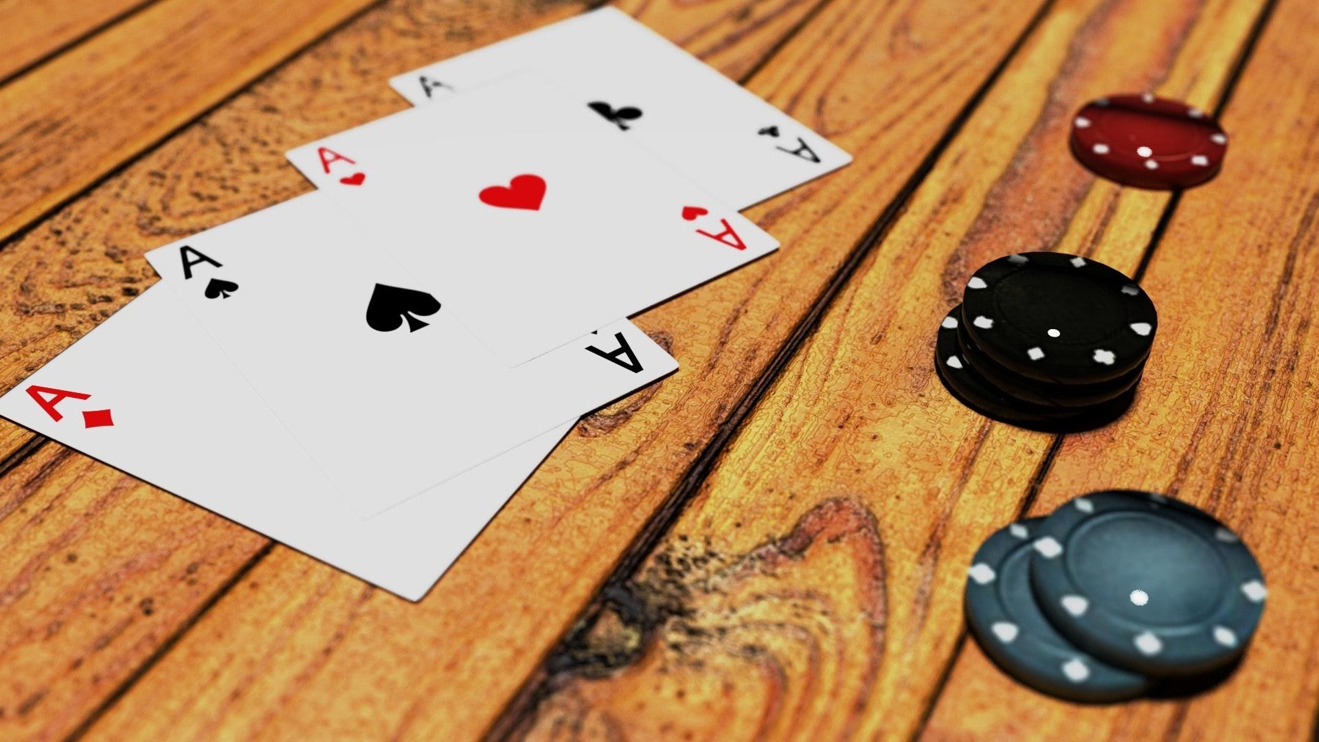 Pokerkarten und Pokerchips auf einem Tisch