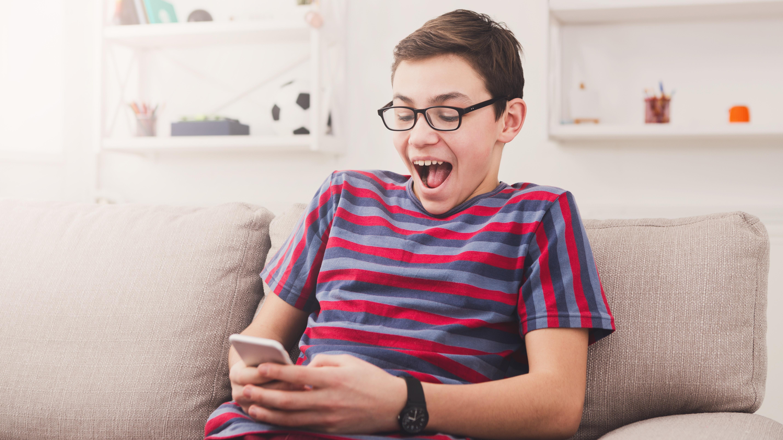 Junge spielt ein Spiel auf seinem Handy