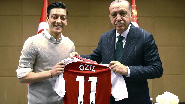Özil und Erdogan posieren mit Özils Trikot