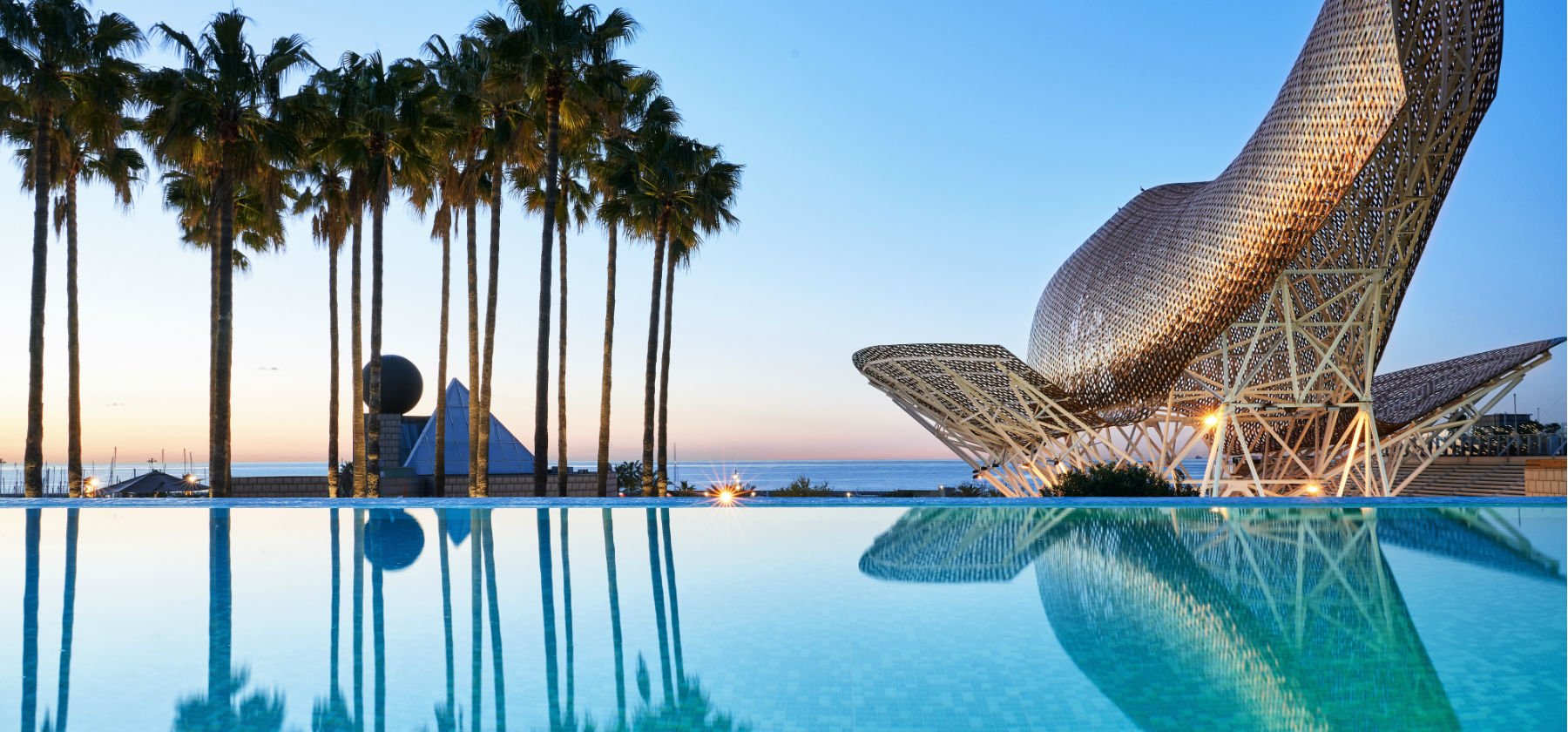 Pool, Skulptur und Meerausblick des Hotel Arts Barcelona