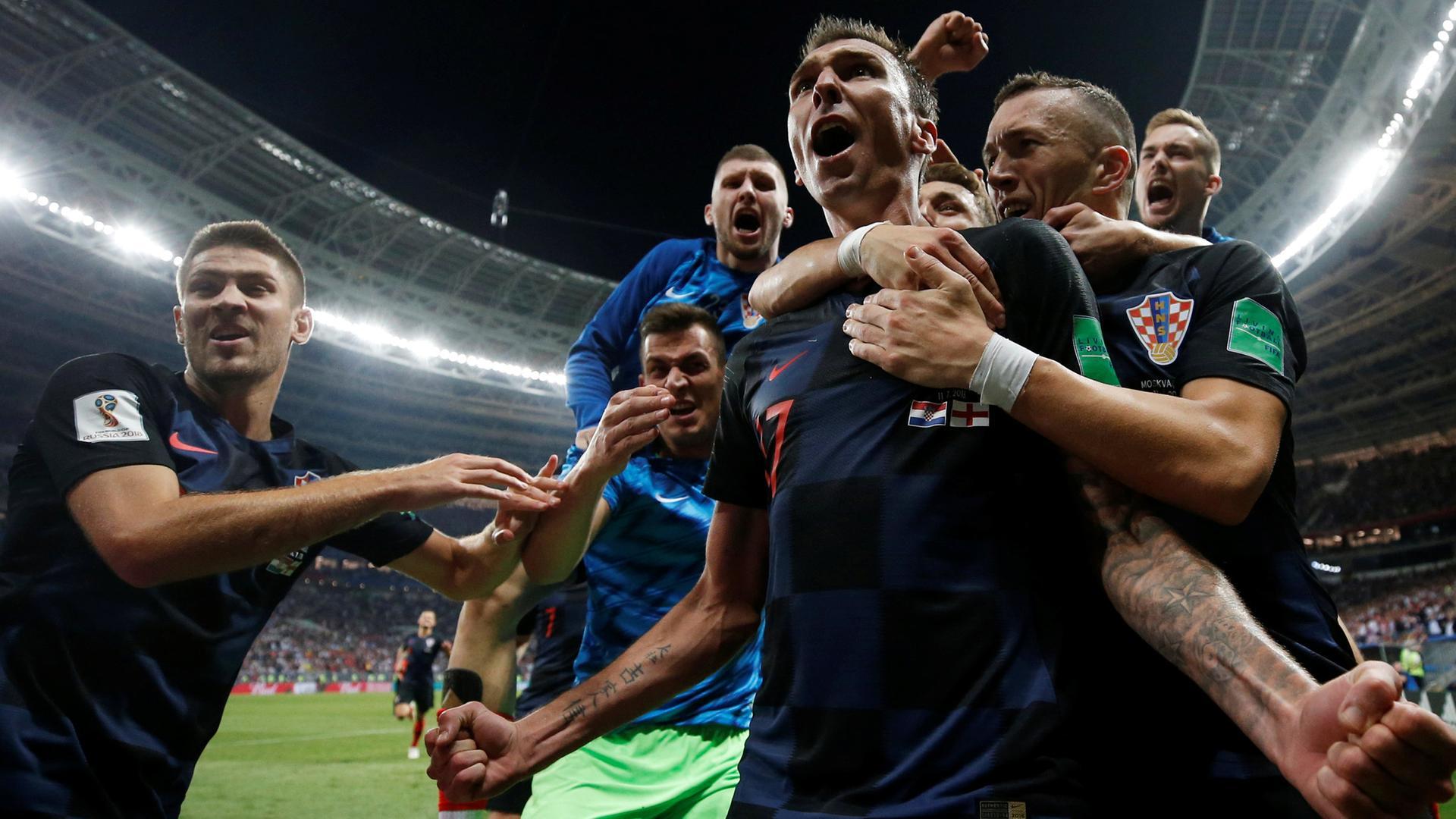 Die kroatischen Spieler feiern das Tor von Mario Mandžukić