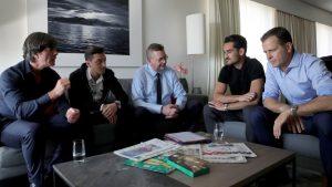 Joachim Löw, Mesut Özil, Reinhard Grindel, Ilkay Gündogan und Oliver Bierhoff diskutieren