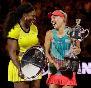 Serena Williams und Angelique Kerber zusammen lachend bei einer Preisverleihung