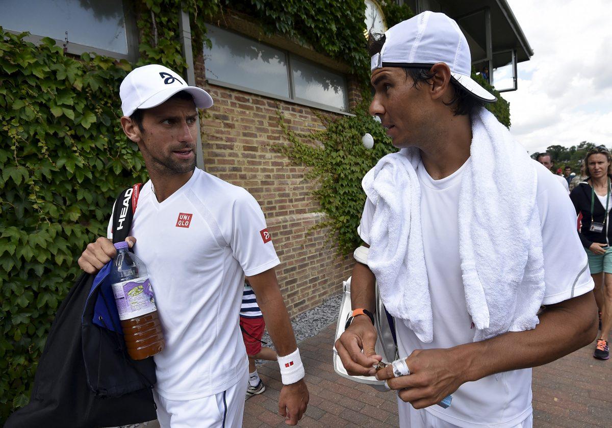 Novak Djokovic und Rafael Nadal unterhalten sich beim Verlassen des Trainingsgeländes in Wimbledon