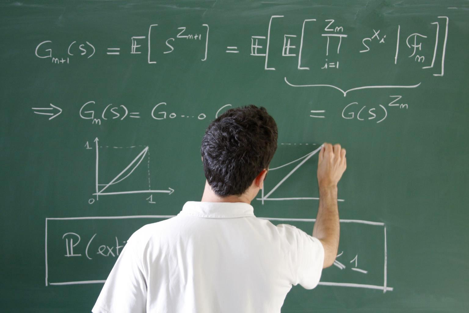 Mathematikprofessor an der Tafel