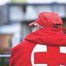 Mann in Rotes Kreuz Jacke