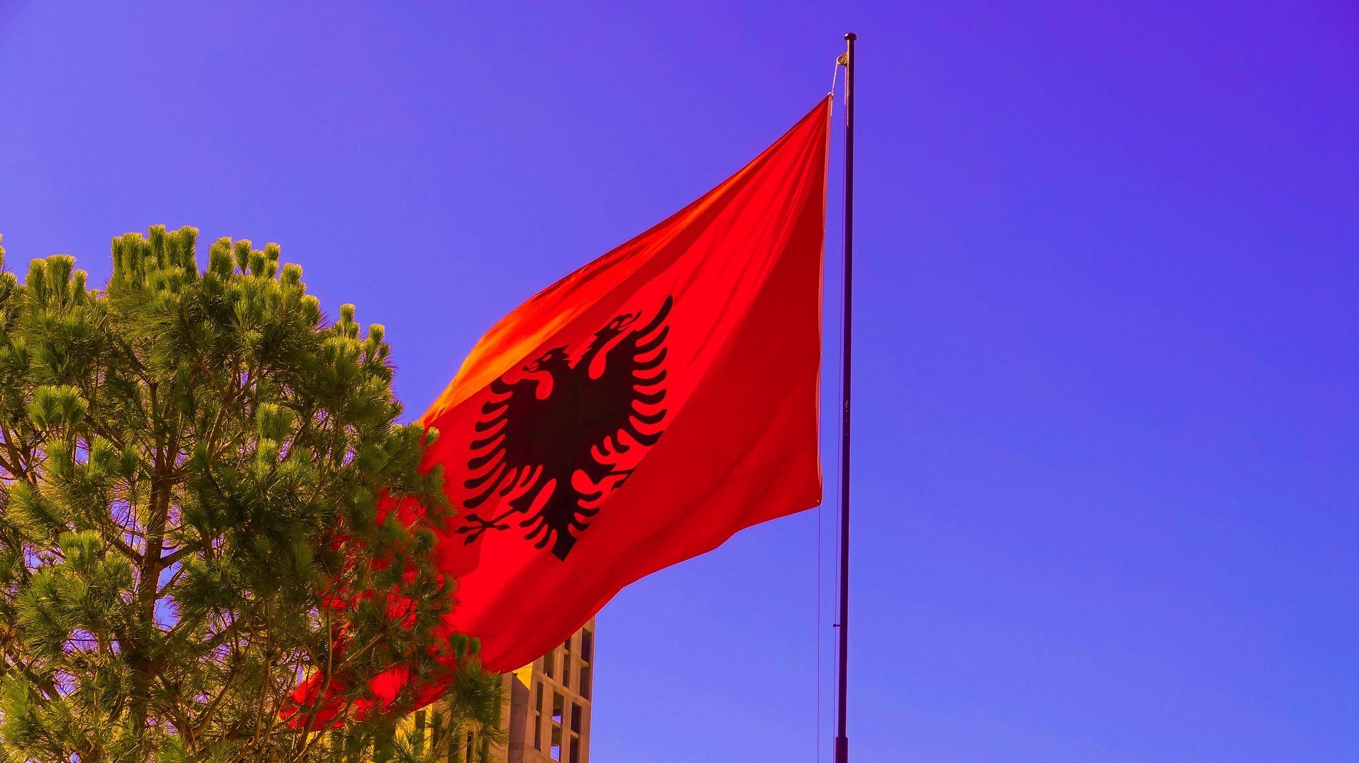 Albanische Flagge vor blauem Himmel