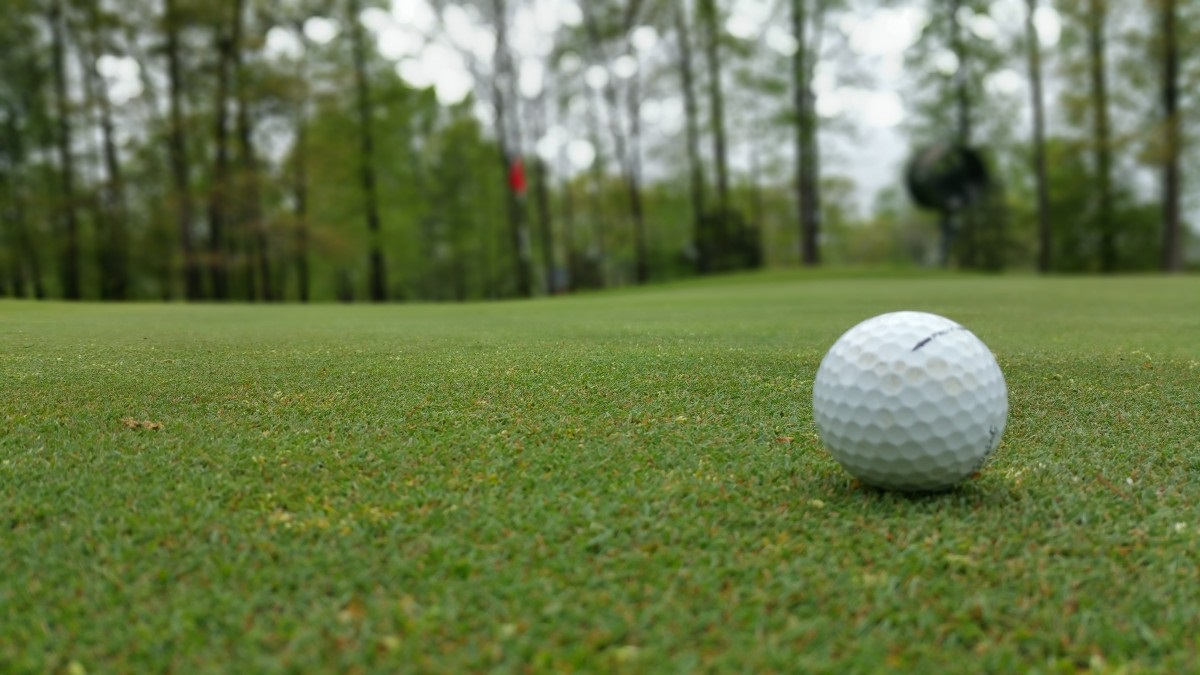 Golfball auf Grün