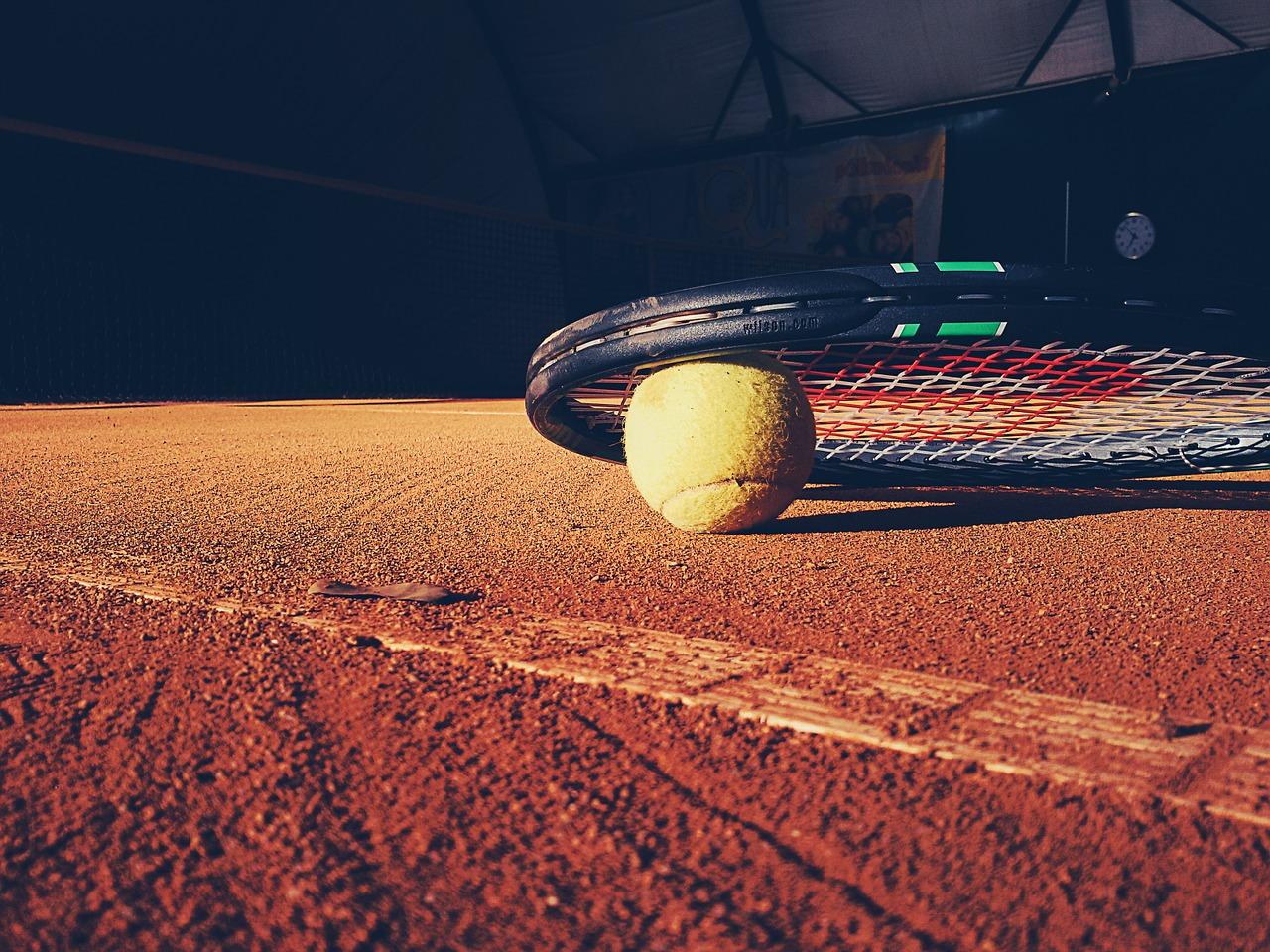 Tennisschläger auf dem Boden