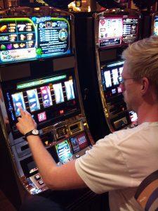 Mann an Spielautomat