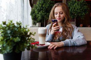 Mädchen, Smartphone, Kaffee