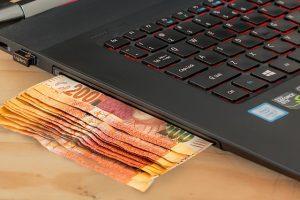 Laptop. Geldscheine