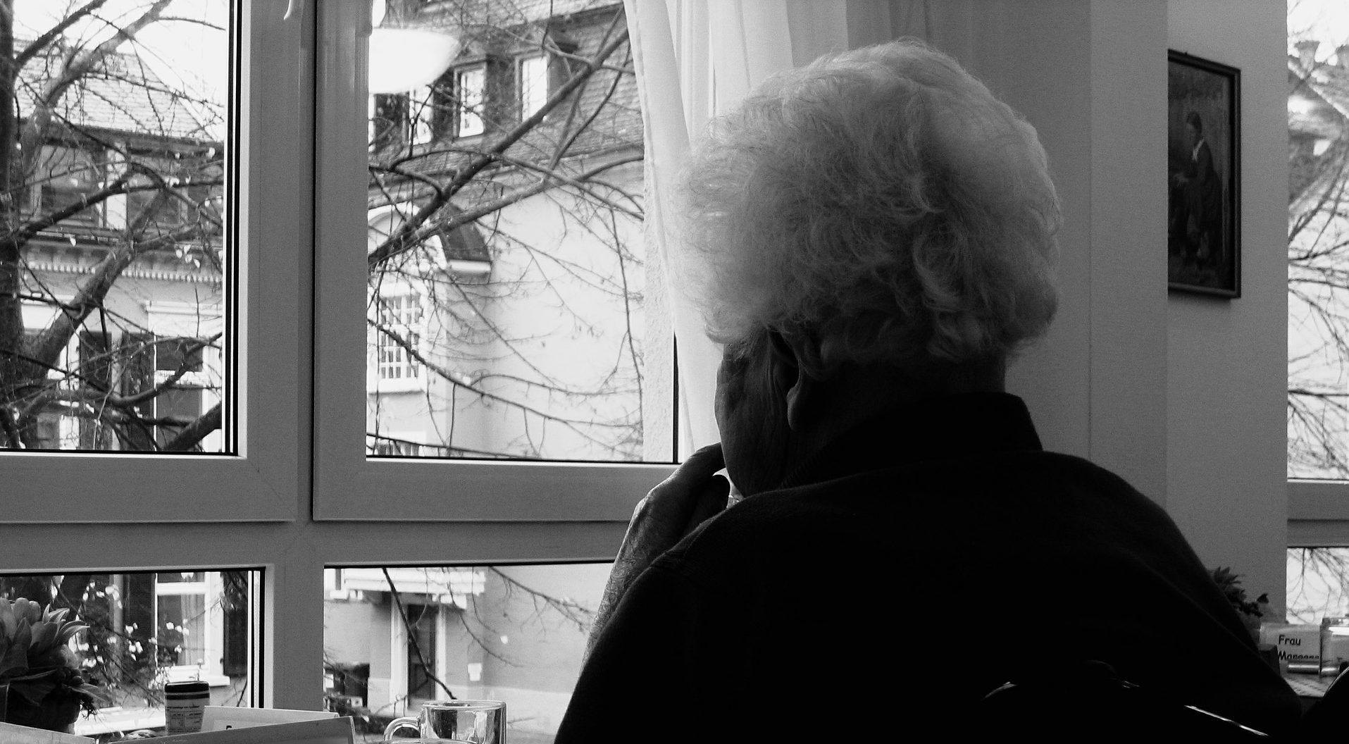 Seniorin am Fenster