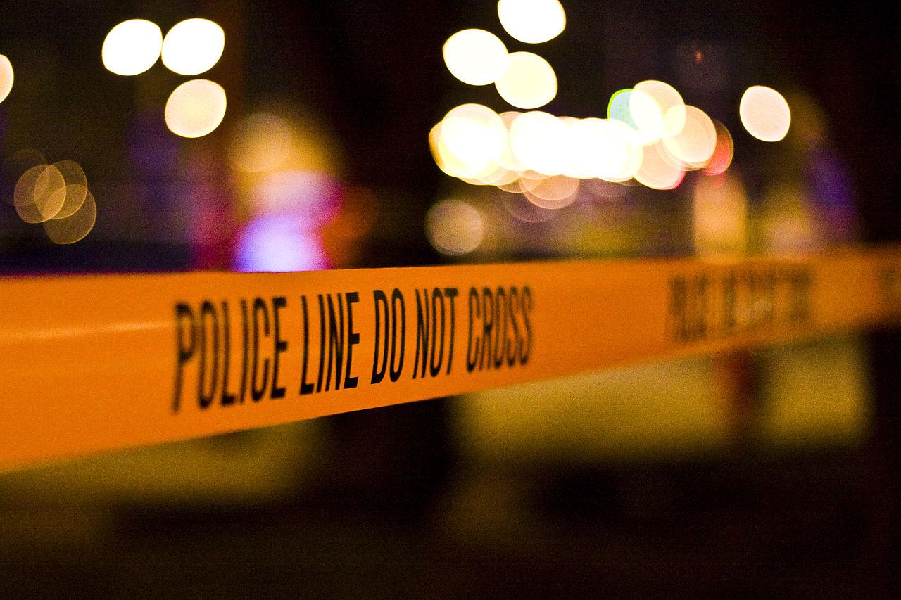 Polizeiabsperrband bei Nacht
