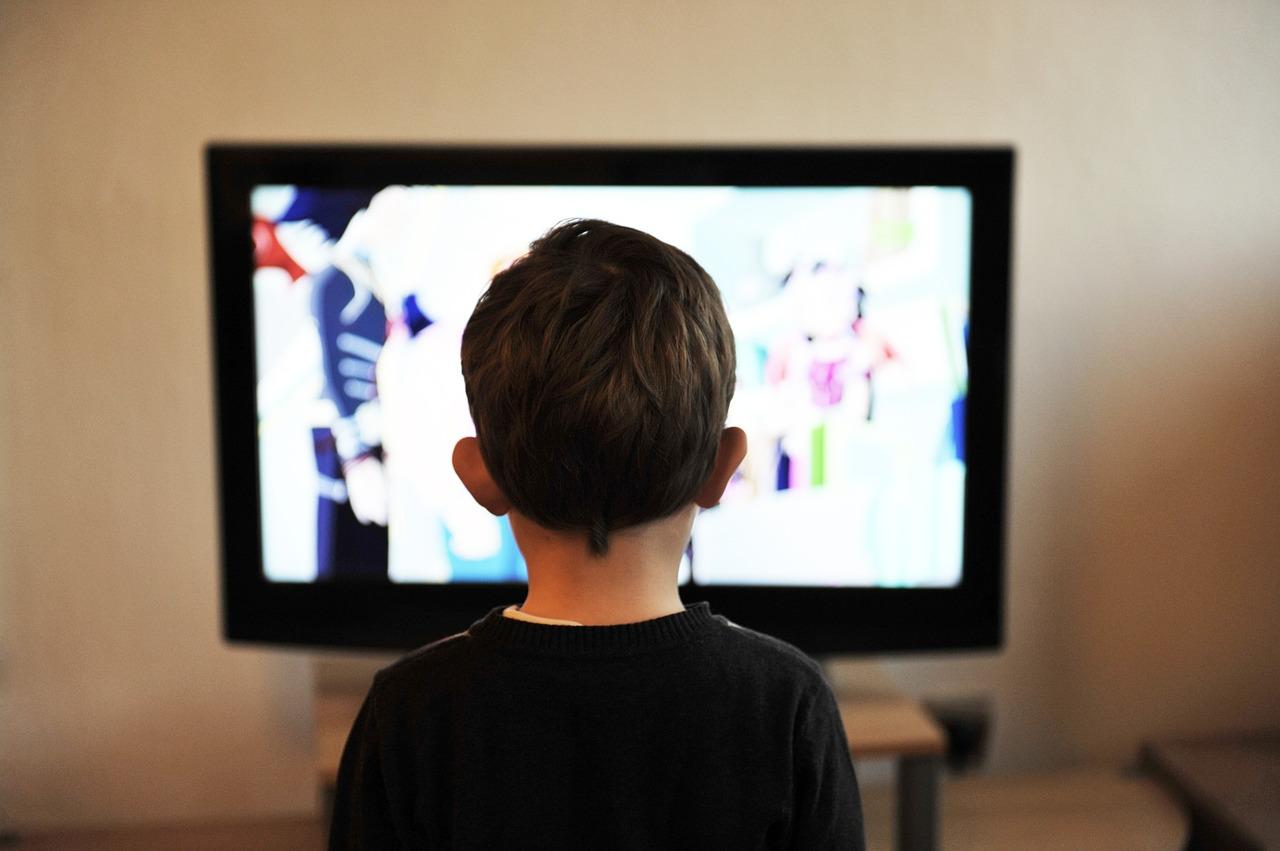 Kind vor Fernseher