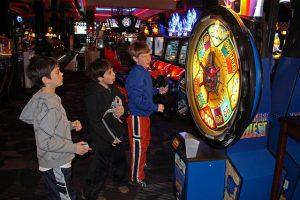Kinder am Spielautomaten