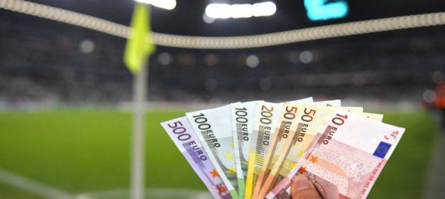 Geldscheine Fußballplatz