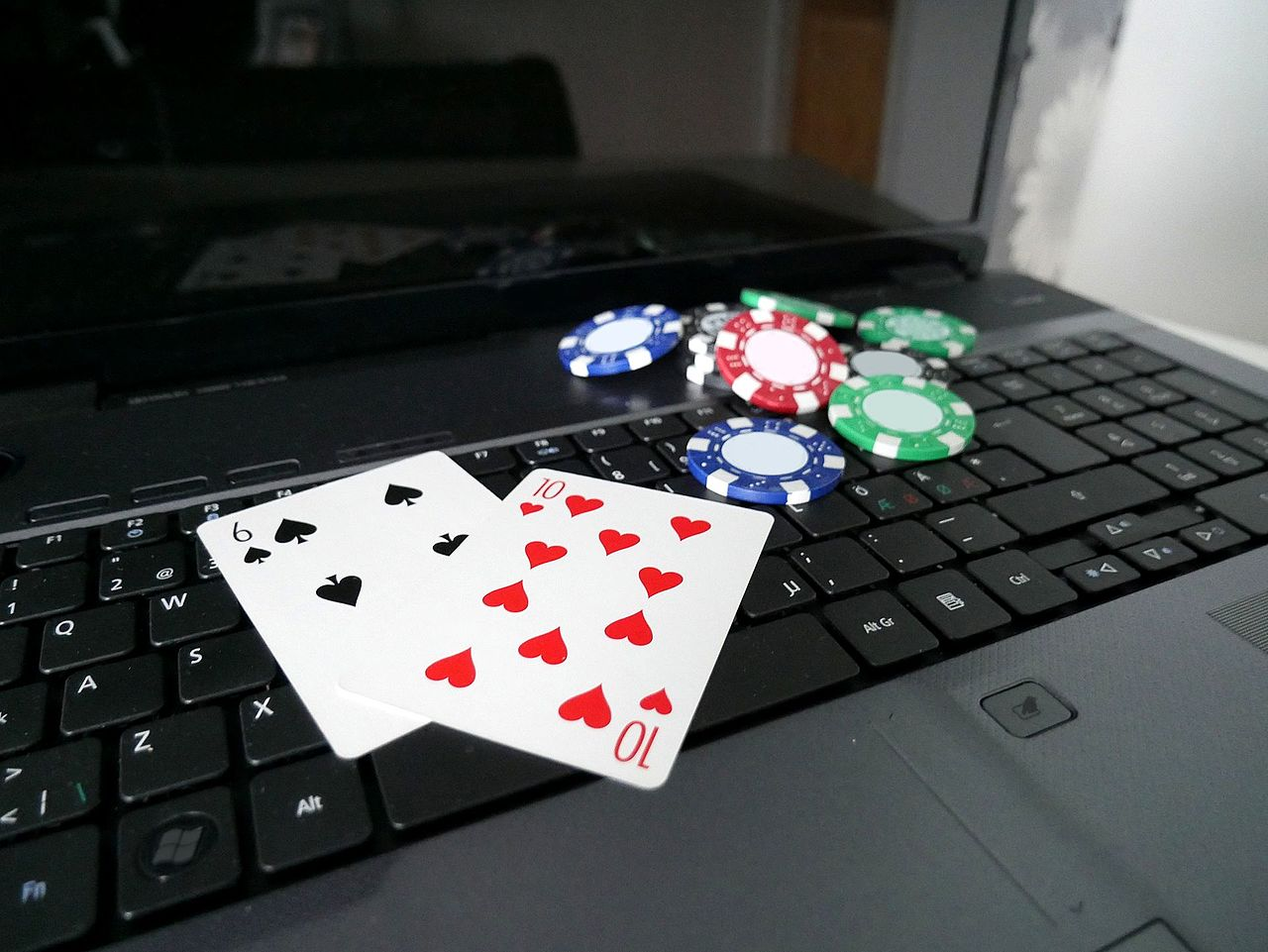 Laptop, Pokerchips, Spielkarten