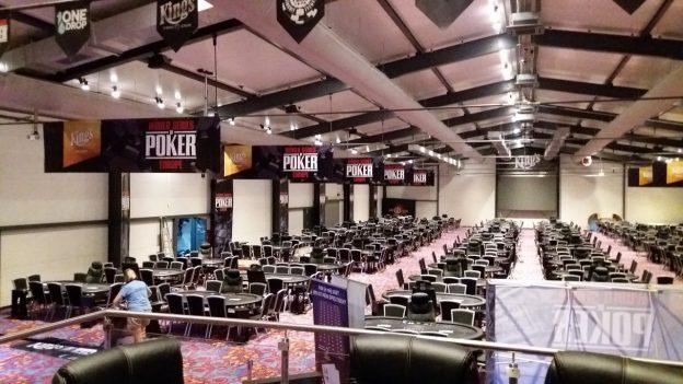 Turnierareal mit Pokertischen im King`s Resort
