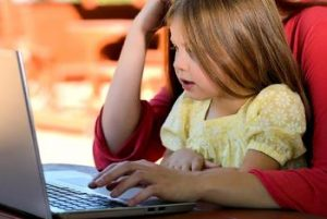 Frau mit Kind und Laptop
