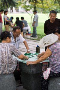 Menschen spielen Mahjong