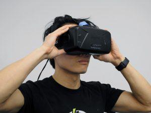 Mann mit Virtual Reality Gerät