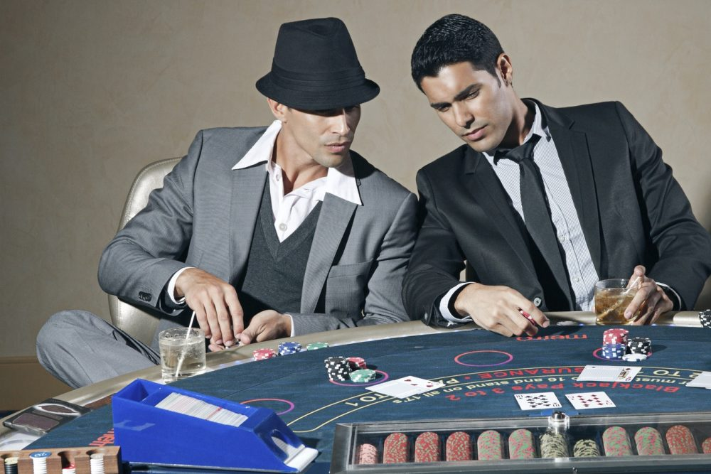 Männer beim Poker