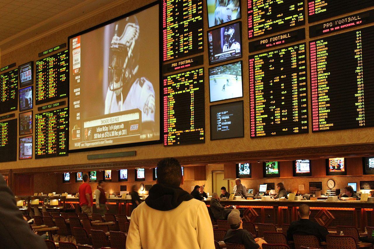 Eine Person steht vor den Schaltern eines Wettbüros in Las Vegas