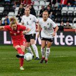 Frauenfußball-WM: Favoritensiege und Trump-Protest