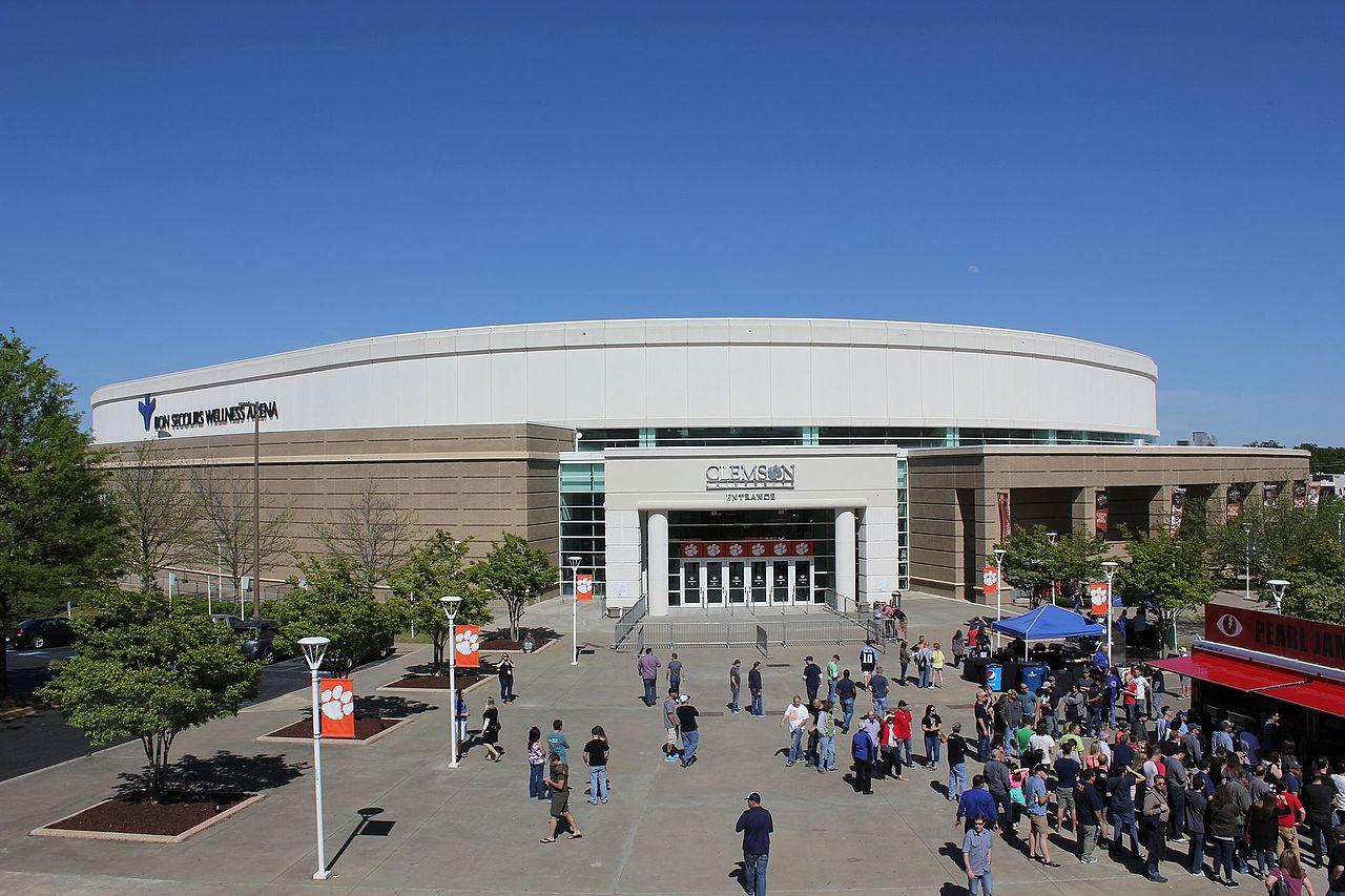 Bon Secours Wellness Arena in Greenville bei Tageslicht mit Besuchern