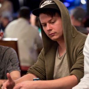 Fabian Gumz sitzt am Pokertisch