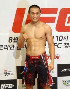 Chan Sung Jung hebt seine Faust bei einer Pressekonferenz