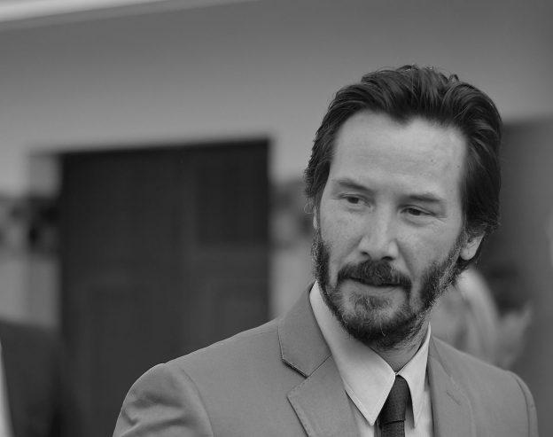 Keanu Reeves in Anzug mit Bart