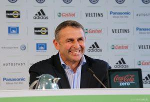 Klaus Allofs lachend bei einer Pressekonferenz