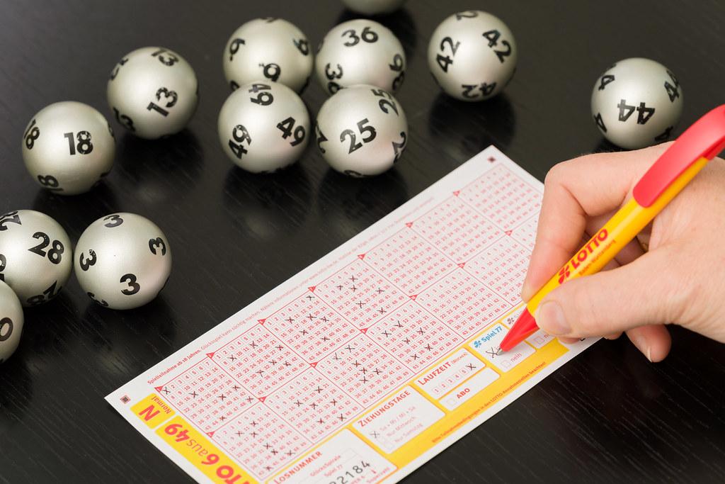 Lottokugeln und Lottoschein