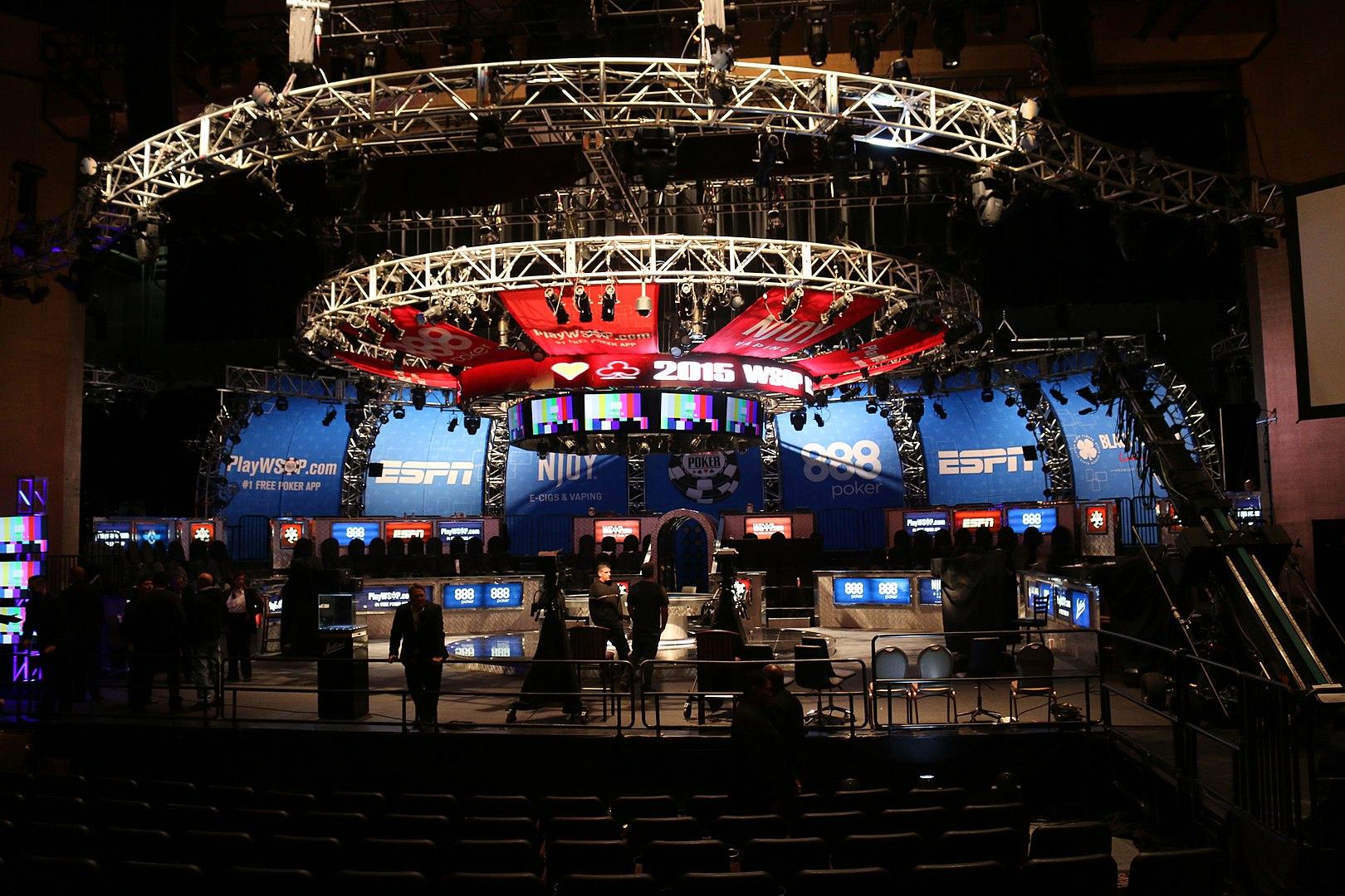 Der Finaltisch der WSOP 2015 auf einer Bühne
