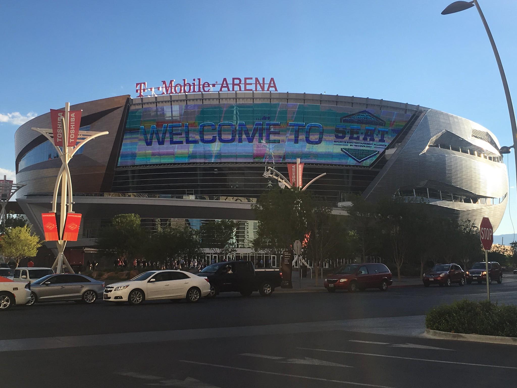 T-Mobile Arena bei Tag mit Autos