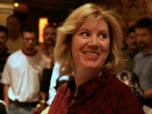 Kathy Liebert lachend mit roter Bluse
