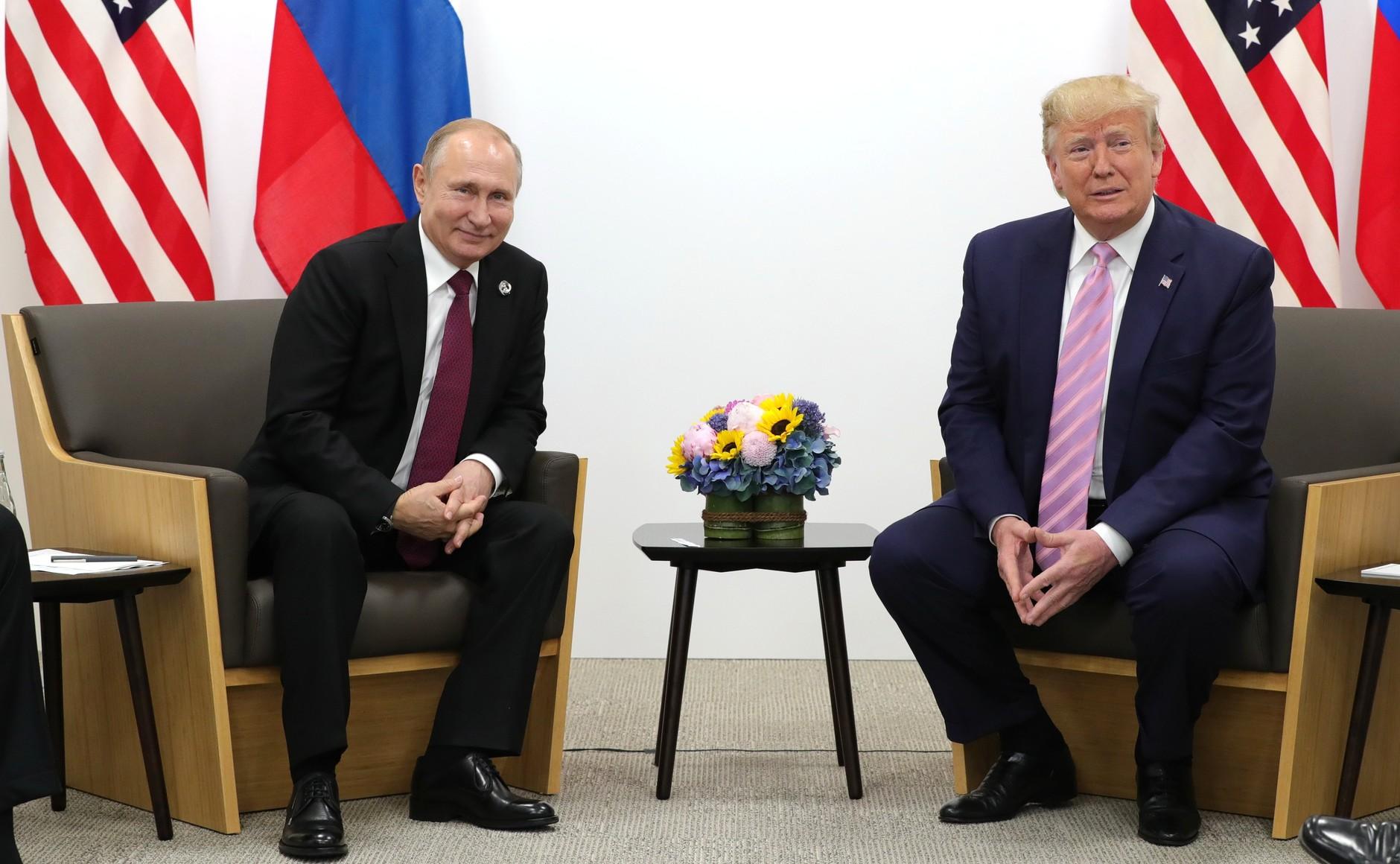Trump und Putin bei einem Treffen