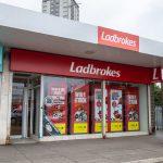 Schließungen und fragwürdige Verbindungen: Glücksspiel-Betreiber GVC Holdings unter Druck