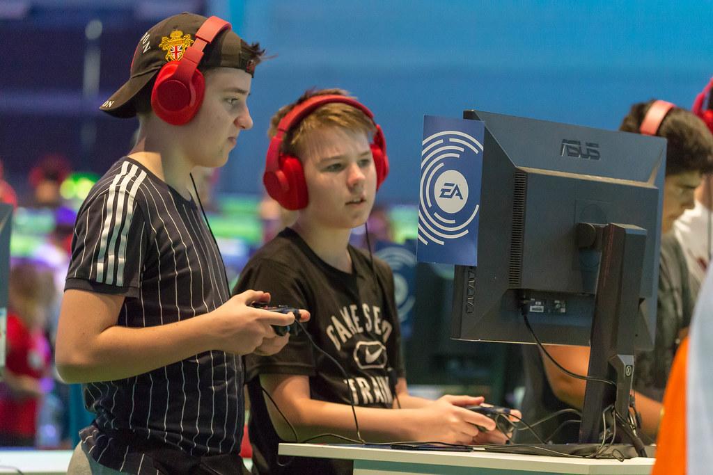 Kinder spielen am PC