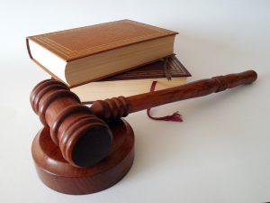 Rechtsymbole Hammer und Gesetzbücher