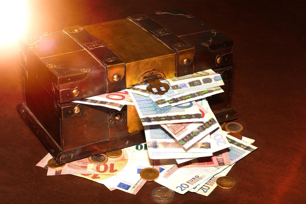 Miniaturschatztruhe mit Euro-Scheinen