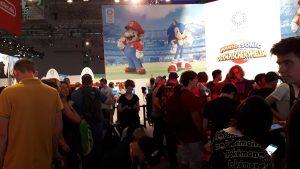Menschen, Messehalle, Spiel Super Mario