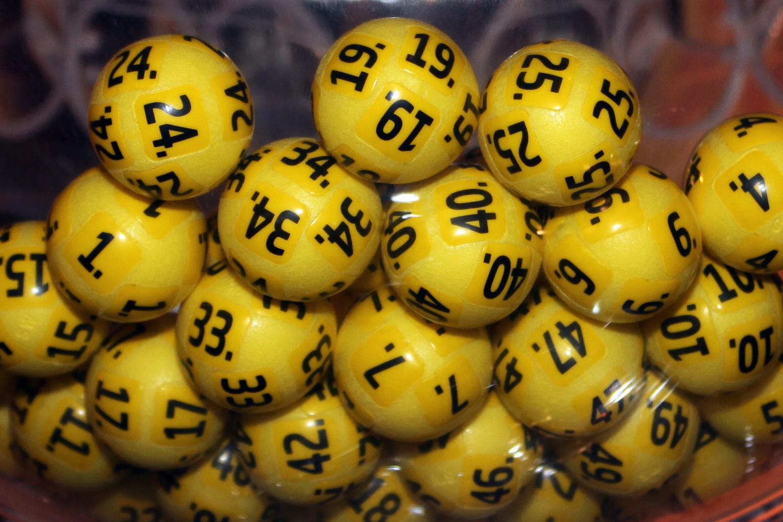 Lottokugeln in einer Trommel