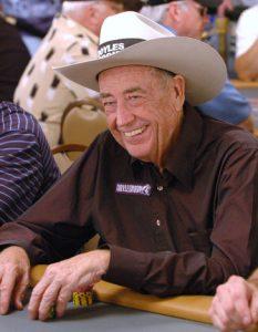 Doyle Brunson an einem Pokertisch