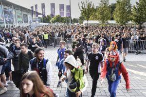 Messebesucher am Eingang Nord der Gamescom 2019